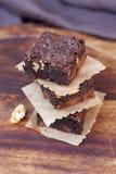 Heerlijke knapperige brownies op houten achtergrond Stock Fotografie