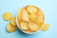 Heerlijke knapperige chips in kom, hoogste mening stock afbeeldingen