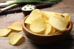 Heerlijke knapperige chips in kom op lijst, close-up royalty-vrije stock fotografie