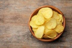 Heerlijke knapperige chips in kom op lijst, hoogste mening royalty-vrije stock foto's