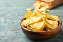 Heerlijke knapperige chips in kom op lijst stock fotografie