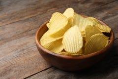 Heerlijke knapperige chips in kom op lijst royalty-vrije stock afbeeldingen