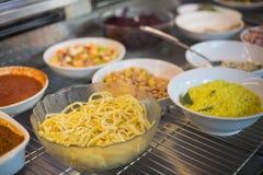Heerlijke kommen verse salades Royalty-vrije Stock Foto's