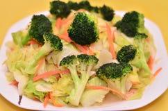 Heerlijke kool met groene broccolischotel Royalty-vrije Stock Foto's