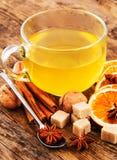 Heerlijke kop thee op een rustieke houten lijst. Stock Afbeeldingen
