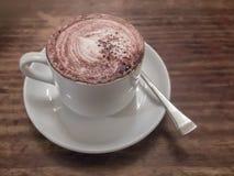Heerlijke kop van koffie op houten lijst Royalty-vrije Stock Afbeeldingen