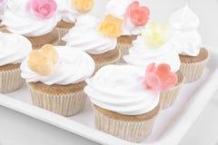 Heerlijke kopcakes met suikerglazuur op bovenkant stock fotografie