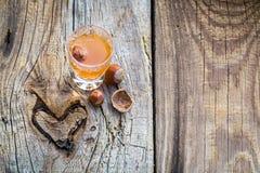 Heerlijke likeur met alcohol en noten stock foto's