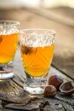 Heerlijke likeur met hazelnoten en alcohol stock foto's