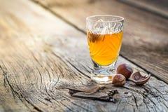 Heerlijke likeur met noten en alcohol stock fotografie