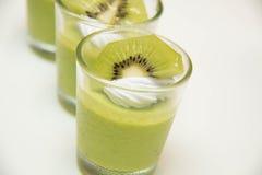 Heerlijke low-calorie mousse met kiwiplakken royalty-vrije stock foto