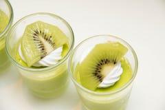 Heerlijke low-calorie mousse met kiwiplakken stock fotografie