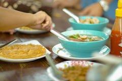 Heerlijke lunchmaaltijd die met familie, gezonde verhouding kamperen, royalty-vrije stock afbeeldingen