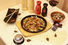 Heerlijke maaltijd door Chinese chef-kok Stock Afbeeldingen