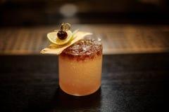 Heerlijke Mai Tai-cocktail met droge ananas, kalkplak en rode bes stock afbeeldingen