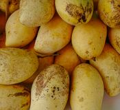 Heerlijke mangovruchten bij de landelijke markt stock foto's