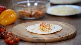 Heerlijke Mexicaanse enchilada Mexicaans voedsel Culinaire workshops stock videobeelden