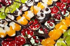 Heerlijke miniatuurcakes die snoepjes richten zich Stock Foto