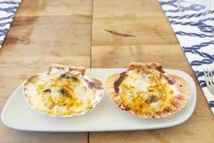Heerlijke oesters met gesmolten kaas op bovenkant stock foto