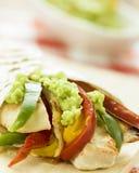 Heerlijke omslagtortilla met kruidige kippengroenten guacamole Stock Fotografie