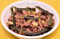 Heerlijke ongepelde rijst met zeewierschotel Royalty-vrije Stock Foto