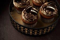 Heerlijke Oreo cupcakes op donkere achtergrond Selectieve nadruk Royalty-vrije Stock Fotografie