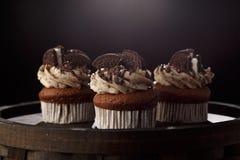 Heerlijke Oreo cupcakes op donkere achtergrond Selectieve nadruk Royalty-vrije Stock Afbeeldingen