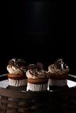 Heerlijke Oreo cupcakes op donkere achtergrond Selectieve nadruk Royalty-vrije Stock Foto