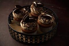 Heerlijke Oreo cupcakes op donkere achtergrond Selectieve nadruk Royalty-vrije Stock Afbeelding