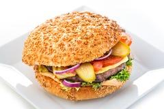 Heerlijke originele Amerikaanse hamburger met geroosterde rundvlees en groenten op witte plaat, snack of lunch, productfotografie Stock Fotografie