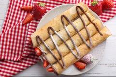 Heerlijke pannekoeken met chocolade en aardbei Stock Foto