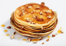 Heerlijke pannekoeken met honing en okkernoten Royalty-vrije Stock Afbeelding