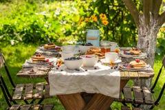 Heerlijke pannekoeken met verse bosbessen en honing royalty-vrije stock foto's