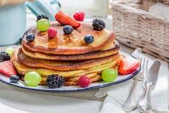 Heerlijke pannekoeken met verse vruchten voor ontbijt stock afbeelding