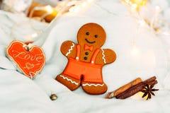Heerlijke peperkoekkoekjes vóór Kerstmis Houd van alle kinderen en volwassenen stock afbeeldingen