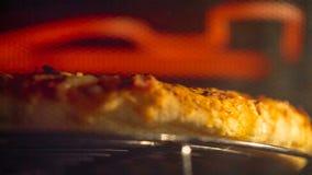 Heerlijke pizza in de oven stock video
