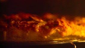 Heerlijke pizza in de oven stock footage