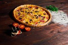 Heerlijke pizza met groenten en kaas op een houten lijst stock afbeeldingen