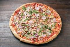 Heerlijke pizza met ham en arugula Hoogste mening Stock Fotografie