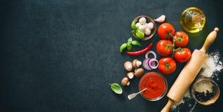 Heerlijke pizza met ingrediënten en kruiden Stock Afbeeldingen