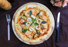 Heerlijke pizza met zeevruchten op houten tribune, hoogste mening Royalty-vrije Stock Afbeelding