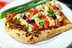 Heerlijke pizzaplak op de witte plaat stock afbeelding