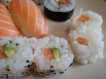 Heerlijke plaat met sushi stock afbeeldingen