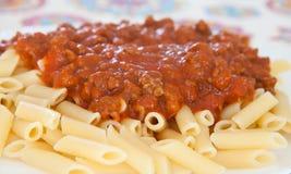 Heerlijke plaat van macaroni met tomaat Stock Foto