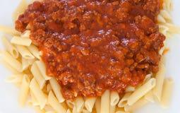 Heerlijke plaat van macaroni met tomaat Royalty-vrije Stock Foto