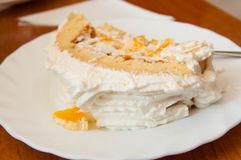 Heerlijke plak van fruitcake met slagroom royalty-vrije stock fotografie