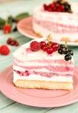 Heerlijke plak van het roomijscake van drie fruitlagen Stock Foto