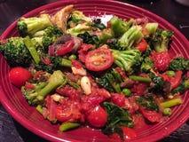 Heerlijke plantaardige plaat met broccoli en tomaten Stock Afbeelding