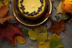 Heerlijke pompoencake met bladeren op achtergrond Royalty-vrije Stock Foto's