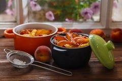 Heerlijke pudding met perzik in braadpan, close-up stock foto's